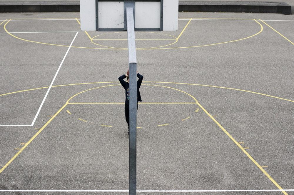 Leeg basketbalveld