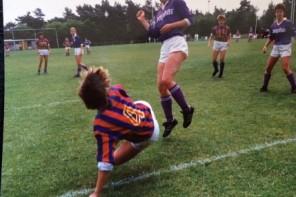 Kleurrijk beeld van voetballende meiden
