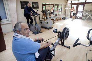 Man op roei fitness apparaat
