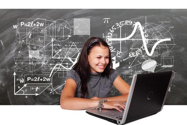Student die met wiskunde bezig is